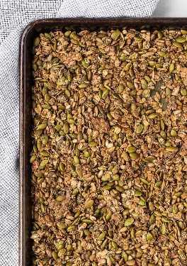 Imagen de granola sabrosa en una sartén de hoja grande.