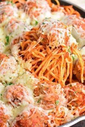 sacando espaguetis y albóndigas