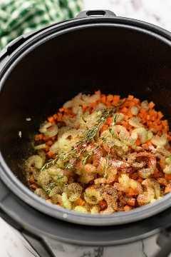 Uma panela instantânea com os ingredientes para a sopa de lentilha