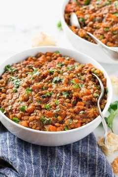Uma tigela saudável e saudável de sopa com legumes frescos e ervas.