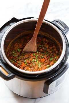 Uma panela de pressão cheia de deliciosa sopa vegana