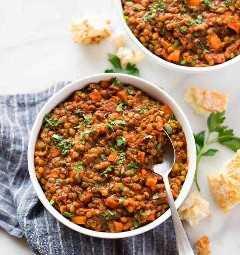 Duas tigelas de sopa de lentilha francesa saudável instantânea