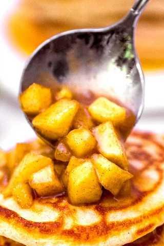 """Como fazer coberturas de maçã para panquecas. """"Class ="""" wp-image-27719 """"srcset ="""" https://homemadehooplah.com/wp-content/uploads/2019/10/apple-cinnamon-pancakes-2.jpg 800w, https://homemadehooplah.com/ wp-content / uploads / 2019/10 / maçã-canela-panquecas-2-400x600.jpg 400w, https://homemadehooplah.com/wp-content/uploads/2019/10/apple -cinnamon-pancakes-2-768x1152 .jpg 768w """"tamanhos de dados ="""" (largura máxima: 800px) 100vw, 800px"""