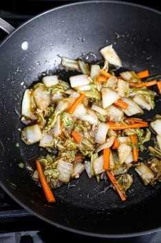 Frite o repolho napa no wok