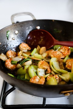 Camarão e legumes no wok