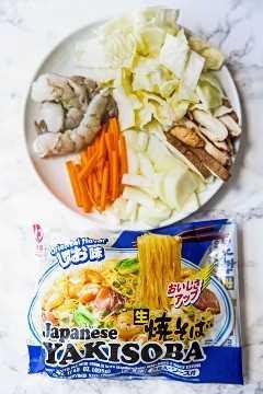 paquete de fideos yakisoba con verduras y camarones