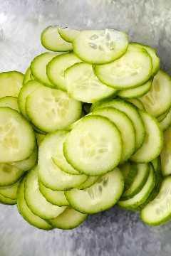 Pepinos em conserva são tão versáteis e deliciosos! Eles combinam bem com saladas, sanduíches, entradas e podem ser servidos como acompanhamento ou lanche. E a melhor parte? Leva apenas 5 a 10 minutos para fazer e 30 minutos para marinar! Aqui estão algumas das minhas receitas favoritas de picles! # vinagre asiático # picles #howtomake | pickledplum.com