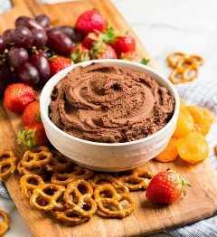 Un tazón lleno de una cremosa salsa de chocolate saludable que es perfecta para postres o refrigerios