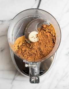 Un procesador de alimentos con cacao en polvo y tahini