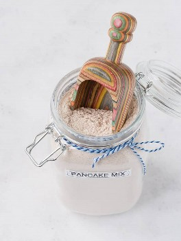 Imagen de la mezcla de panqueques secos con una cuchara dentro del frasco.