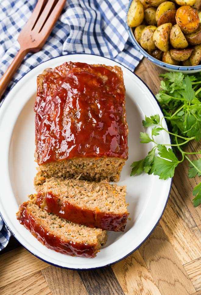 Imagen de pastel de carne de cerdo, ternera y pavo, tomada desde arriba.