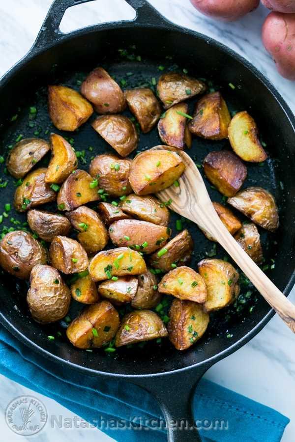 Receita crocante de batatas vermelhas salteadas. @NatashasKitchen