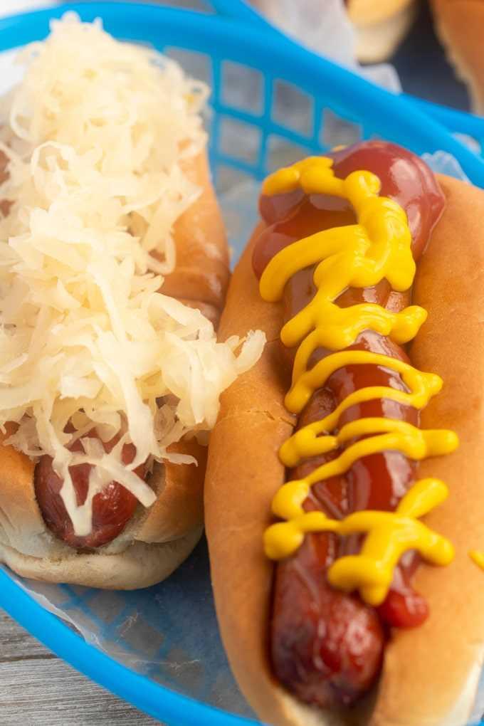 fritadeira de cachorro-quente com mostarda e ketchup e chucrute
