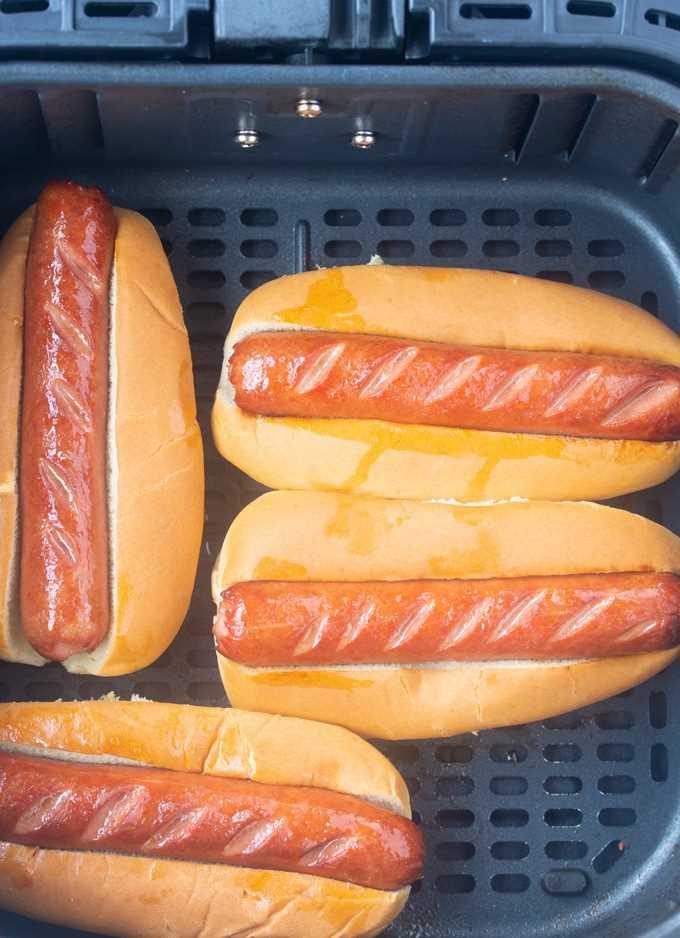 fritadeira hotdofgs em pães na cesta fritadeira
