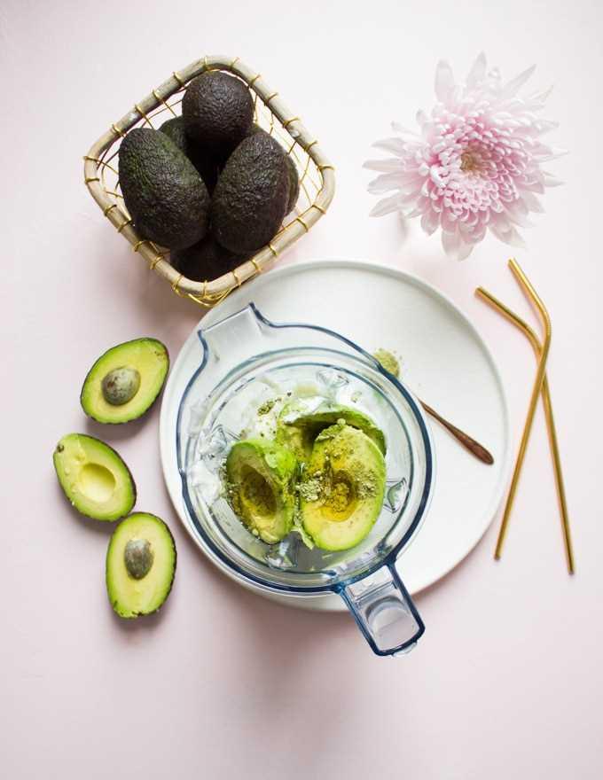 Todos os ingredientes da receita do smoothie de abacate são colocados no liquidificador