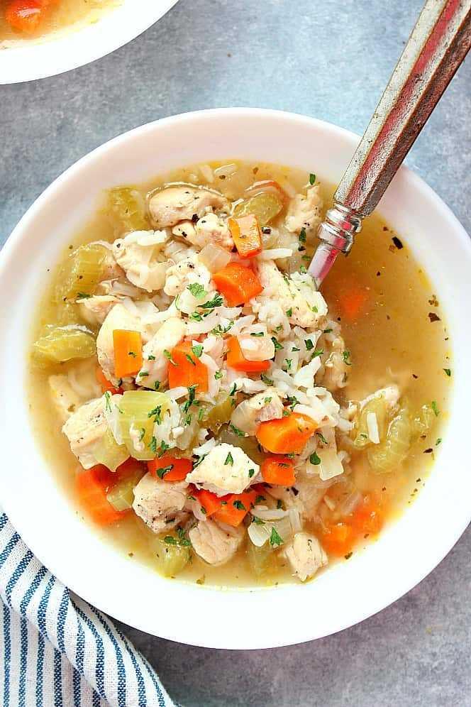 Sopa instantánea de pollo y arroz en un tazón blanco Receta instantánea de sopa de pollo y arroz