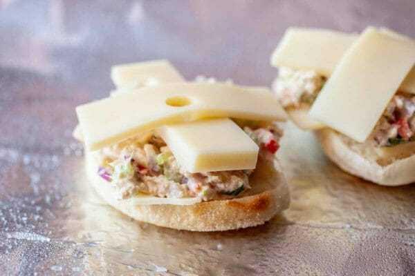 Sanduíche de atum derretido adicione queijo