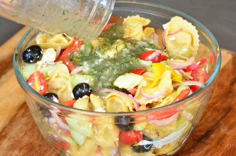 Adicione o molho grego caseiro à salada de macarrão