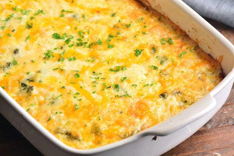 Asse a caçarola de café da manhã em 350 por 45 minutos e adicione o queijo por cima