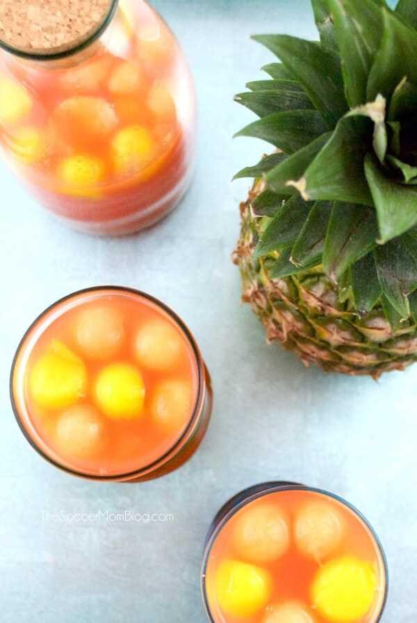 La receta perfecta del cóctel de la fiesta de verano: ¡Tropical Rum Punch es como unas vacaciones en la boca! Fácil, hermoso, suave y afrutado: ¡es un placer para la multitud!