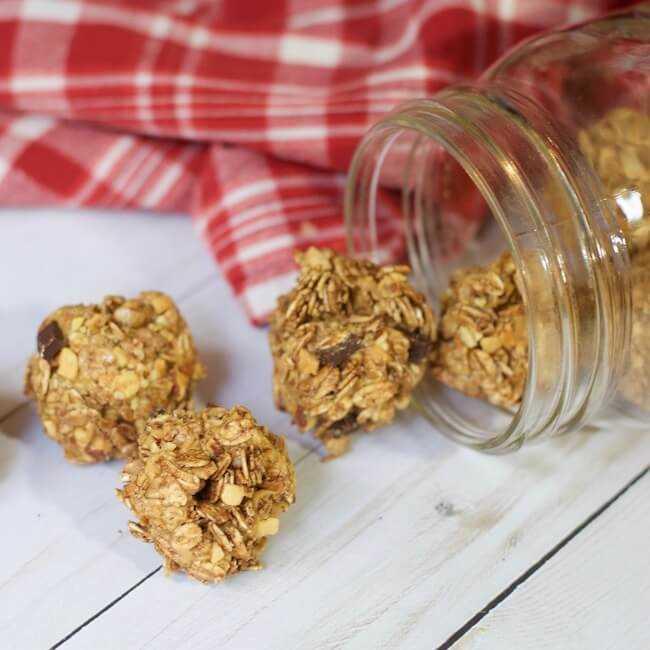 ¡Estas bolas de proteína de mantequilla de maní de chocolate son geniales! ¡Granos enteros, ricos en proteínas, aprobados para niños, sin gluten y FÁCILES de preparar! (¡Solo 3 ingredientes!)