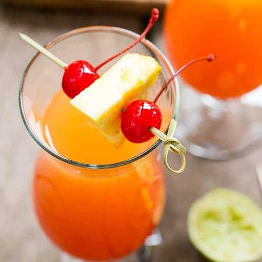 Cocktail de cabeça para baixo de abacaxi