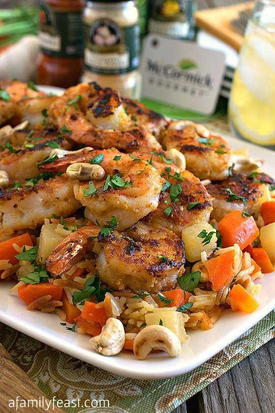 Alho e camarão limão com arroz salgado com legumes Pilaf de arroz: um banquete em família