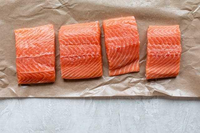 Filetes de salmão fresco antes de temperar