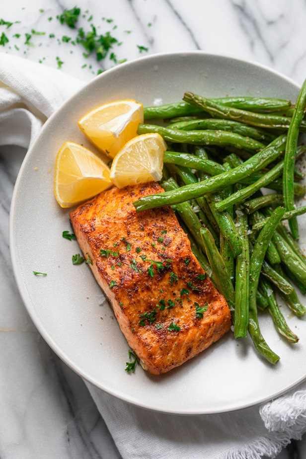 Prato com salmão e feijão verde com fatias de limão