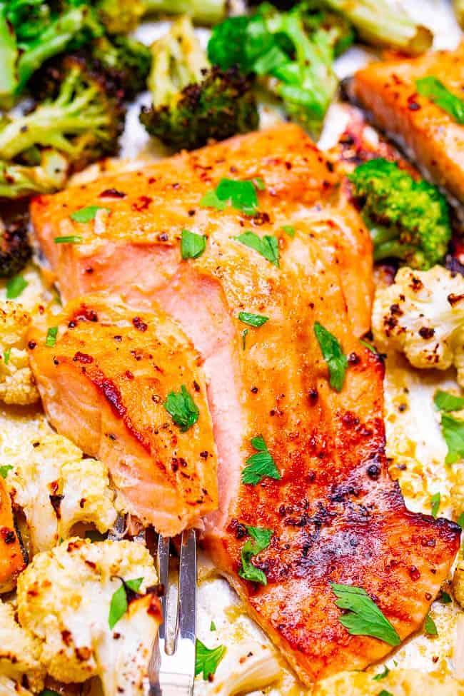 10 minutos de bandeja Pan Dijon Lemon Salmon and Vegetables - ¡Salmón jugoso y vegetales crujientes y tiernos cubiertos con una salsa de limón y miel Dijon para una explosión de SABOR! ¡Tan FÁCIL y listo tan RÁPIDO!