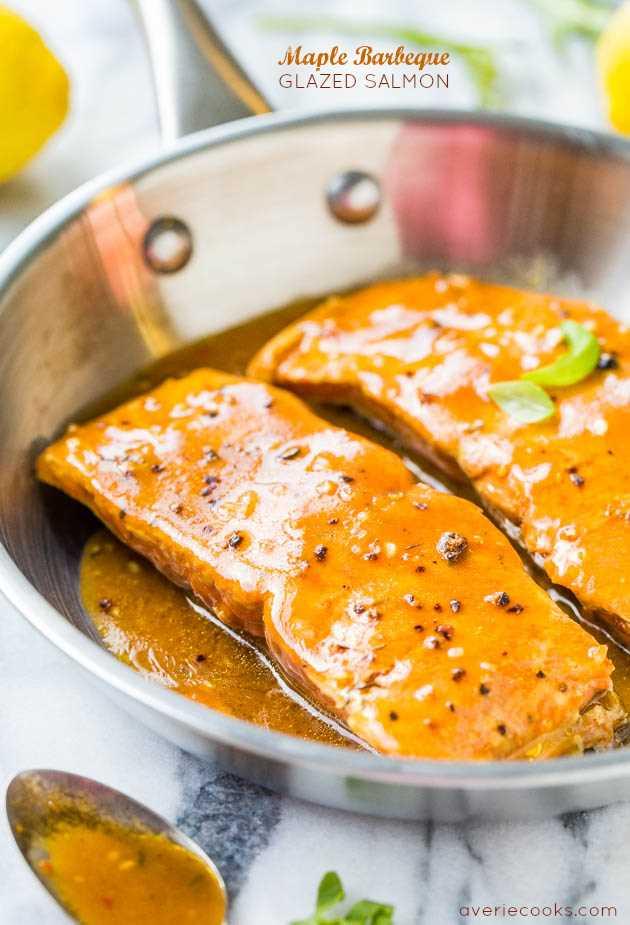 Salmón glaseado con barbacoa de arce: ¡el glaseado es ahumado y dulce con un poco de calor y hace que esta receta de 15 minutos se destaque!
