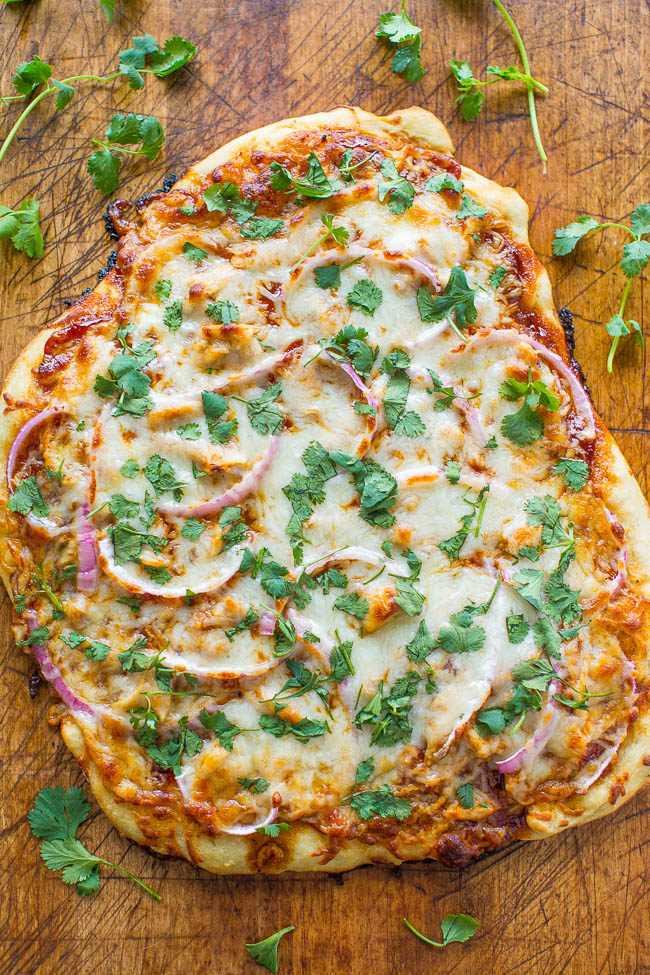 Pizza de frango para churrasco - Uma versão COPYCAT da Pizza de frango para churrasco da California Pizza Kitchen que você pode fazer em casa em 15 minutos! FÁCIL, carregado com frango suculento, cebola roxa, coentro e muito queijo!