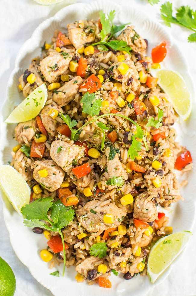 Pollo con cilantro y lima con arroz mixto y frijoles negros: ¡una sartén fácil, comida de 15 minutos! ¡Toneladas de texturas y sabores audaces en cada bocado! ¡La lima hace que este plato sea POP!