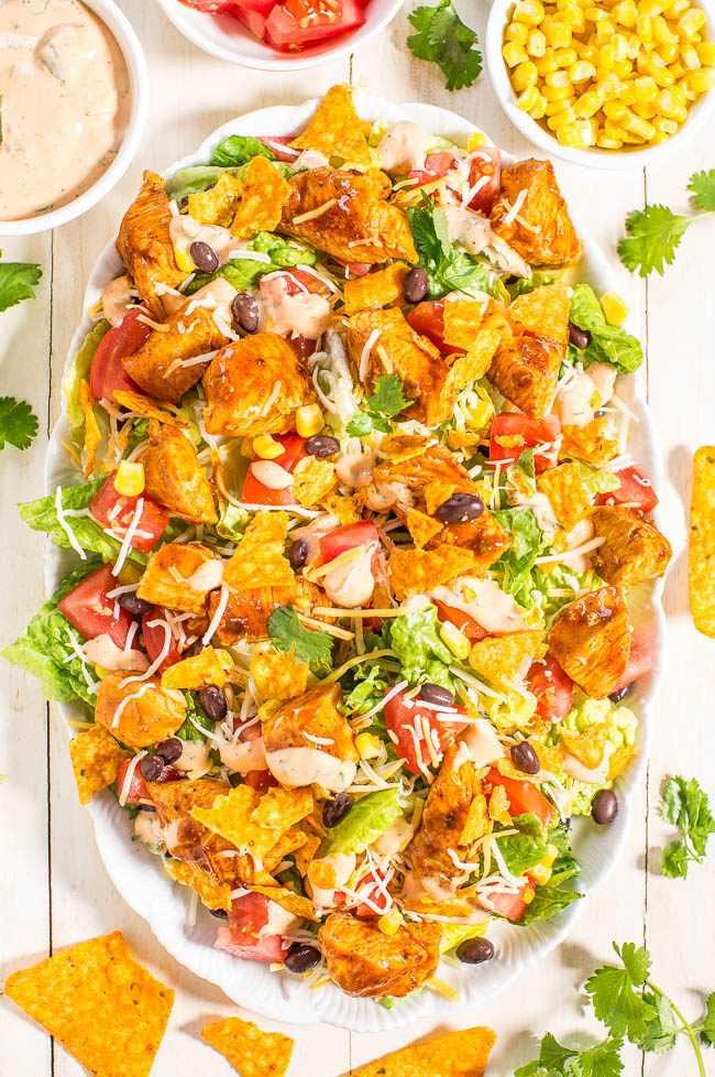 Ensalada de taco de pollo cargado con aderezo cremoso de lima y cilantro: ¡rápido, fácil, fresco y saludable! ¡Todos tus sabores de tacos favoritos en una gran ensalada que todos adorarán!