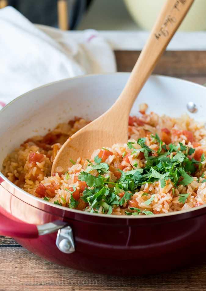 Adicione algumas colheres de sopa de coentro fresco picado para realçar o sabor da receita mexicana de arroz.