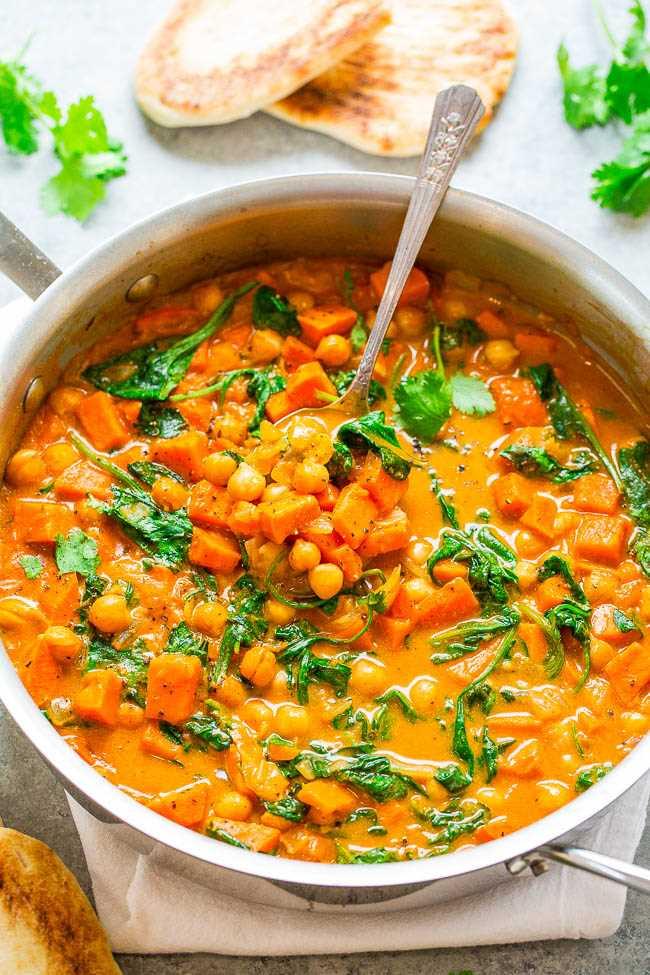 Curry de camote y garbanzos y coco: ¡un curry FÁCIL de una sartén que está listo en 30 minutos y tiene muchos sabores fabulosos! SALUDABLE comida reconfortante que sabe INCREÍBLE !!