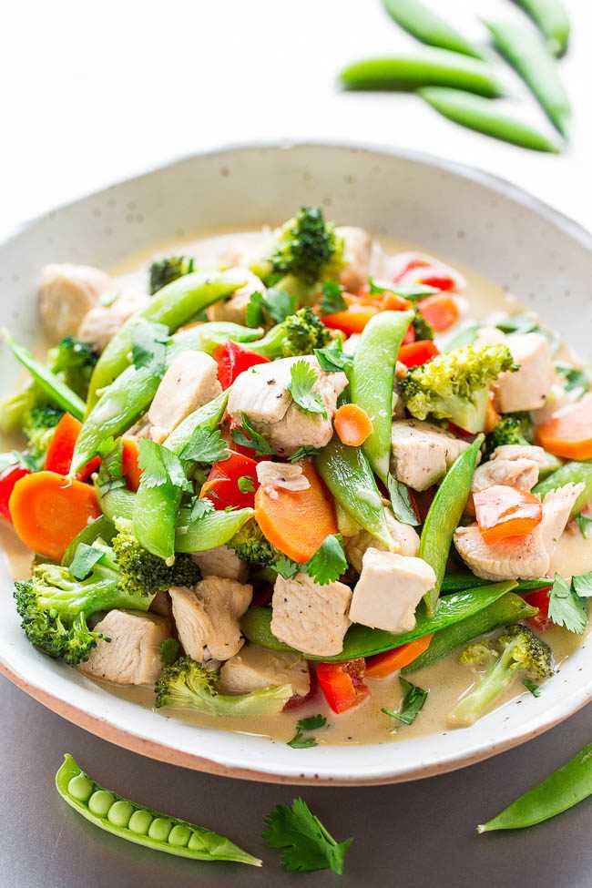 Salteado de pollo y coco tailandés: pollo, guisantes, pimientos y zanahorias cocidos a fuego lento en un rico caldo de leche de coco que es irresistible. ¡Capas de sabor, FÁCIL, listas en 20 MINUTOS, y SALUDABLES!