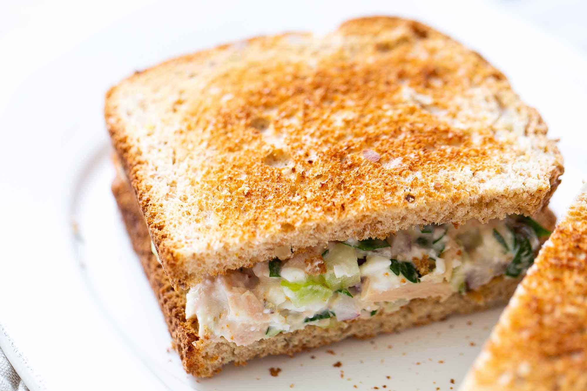 Como fazer um sanduíche de salada de atum