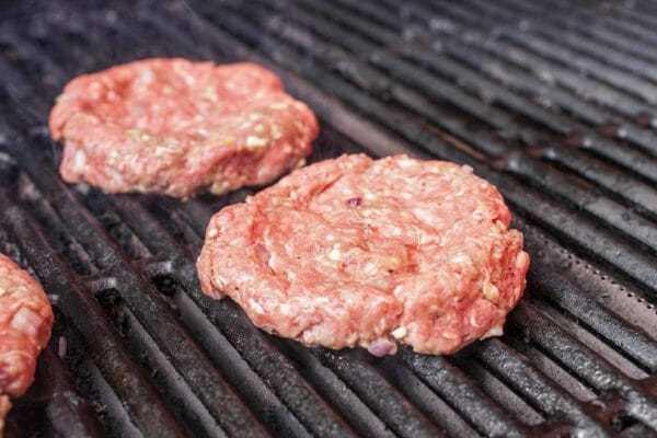 Receita de hambúrguer grelhado adicionar hambúrgueres