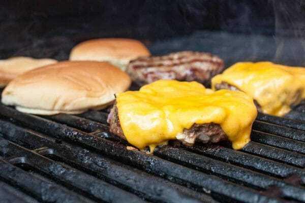 Receita de hambúrguer grelhado adicione queijo