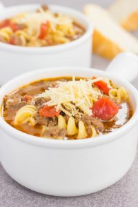 un tazón blanco con sopa italiana