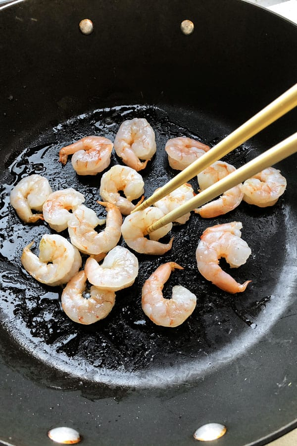 O camarão lo mein é uma receita chinesa fácil que qualquer pessoa pode fazer em casa! Cubra com repolho e seus legumes favoritos e frite-os com macarrão de ovo e um molho de verdade. Delicioso! #pfchangs #stirfry #shrimprecipe #chinesefood   pickledplum.com