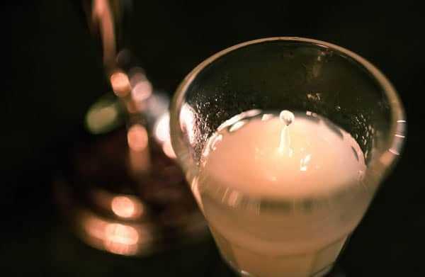 Tudo sobre absinto - 10 fatos e mitos. Aprenda tudo sobre o absinto e como um espírito antes celebrado deixou de ser uma substância proibida para renascer. Gosto requintado, e é um grande presente! #copas #cocktail #absinthe | pickledplum.com