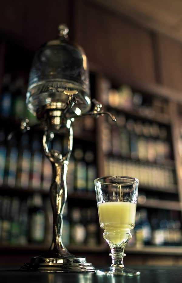 Tudo sobre absinto: 10 fatos e mitos sobre essa famosa fada do coquetel verde. Aprenda sobre a história, arte, efeitos de absinto e se você precisa usar uma colher! #absinthe # drinks #fairy | pickledplum.com
