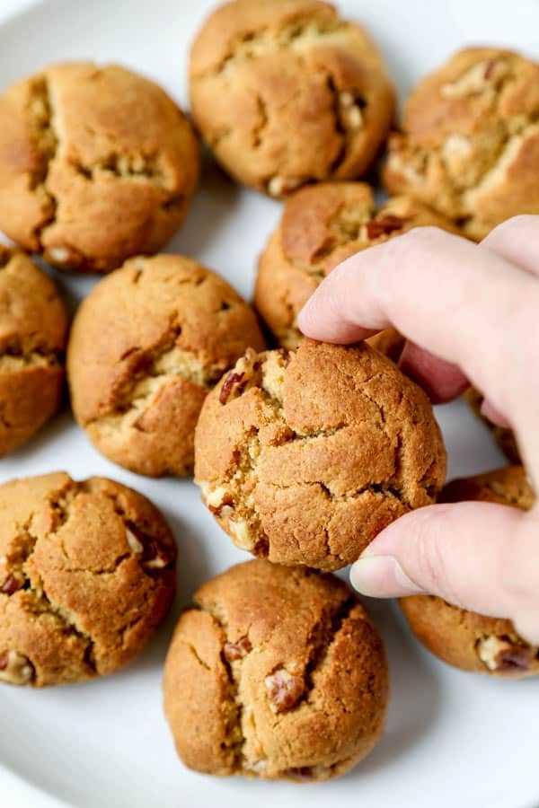 Cookies veganos de manteiga de amendoim - Esta é uma receita fácil para biscoitos de manteiga de amendoim 100% à base de plantas. Biscoitos crocantes, doces e nozes, feitos com farinha de amêndoa e grão de bico e recheados com nozes! #cookies #cookierecipe #desserts #cookies de ação de graças #putterutbutter | pickledplum.com