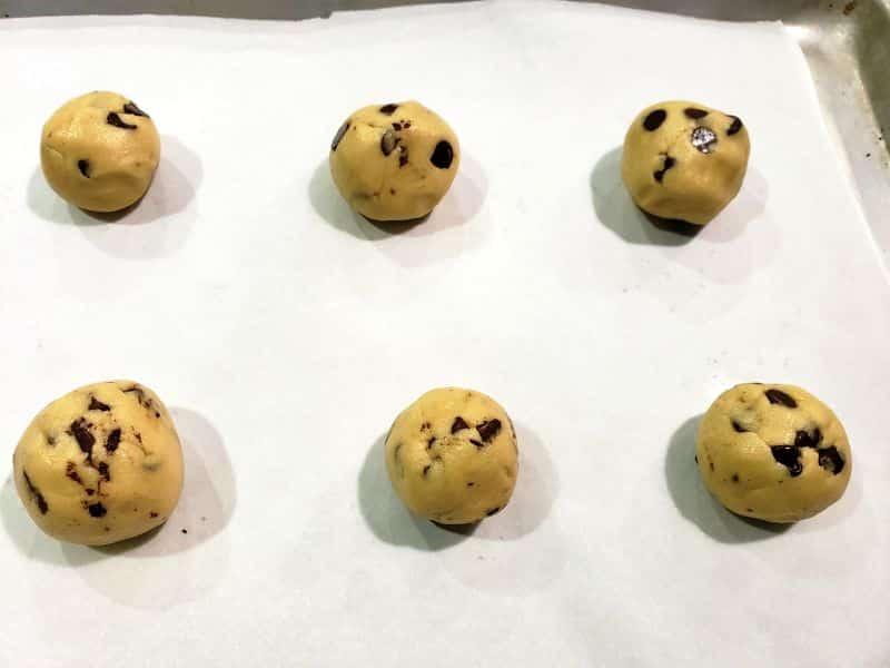 "mejores bolas de masa blanda para galletas en una bandeja para hornear ""srcset ="" https://cdn1.zonacooks.com/wp-content/uploads/2019/05/Best-Soft-Batch-Cookies-for-Two-Small-Batch- Receta-4.jpg 800w, https://cdn1.zonacooks.com/wp-content/uploads/2019/05/Best-Soft-Batch-Cookies-for-Two-Small-Batch-Recipe-4-500x375.jpg 500w, https://cdn1.zonacooks.com/wp-content/uploads/2019/05/Best-Soft-Batch-Cookies-for-Two-Small-Batch-Recipe-4-768x576.jpg 768w, https: / /cdn1.zonacooks.com/wp-content/uploads/2019/05/Best-Soft-Batch-Cookies-for-Two-Small-Batch-Recipe-4-320x240.jpg 320w, https: //cdn1.zonacooks. com / wp-content / uploads / 2019/05 / Best-Soft-Batch-Cookies-for-Two-Small-Batch-Recipe-4-480x360.jpg 480w, https://cdn1.zonacooks.com/wp-content /uploads/2019/05/Best-Soft-Batch-Cookies-for-Two-Small-Batch-Recipe-4-720x540.jpg 720w, https://cdn1.zonacooks.com/wp-content/uploads/2019/ 05 / Best-Soft-Batch-Cookies-for-Two-Small-Batch-Recipe-4-735x551.jpg 735w ""tamaños ="" (ancho máximo: 800px) 100vw, 800px"