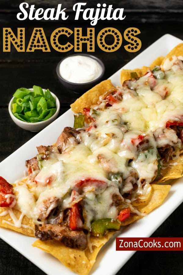 """Nachos de fajita de carne com creme de leite e cebola verde ao lado """"srcset ="""" https://cdn1.zonacooks.com/wp-content/uploads/2019/09/Steak-Fajita-Nachos-Dinner-for-Two- 10) jpg 600w, https://cdn1.zonacooks.com/wp-content/uploads/2019/09/Steak-Fajita-Nachos-Dinner-for-Two-10-333x500.jpg 333w """"tamanhos ="""" (largura máxima: 600 px) 100vw, 600 px"""