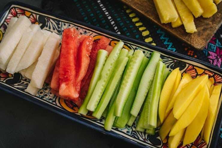 Lanzas de coloridas frutas frescas para hacer tazas de frutas mexicanas