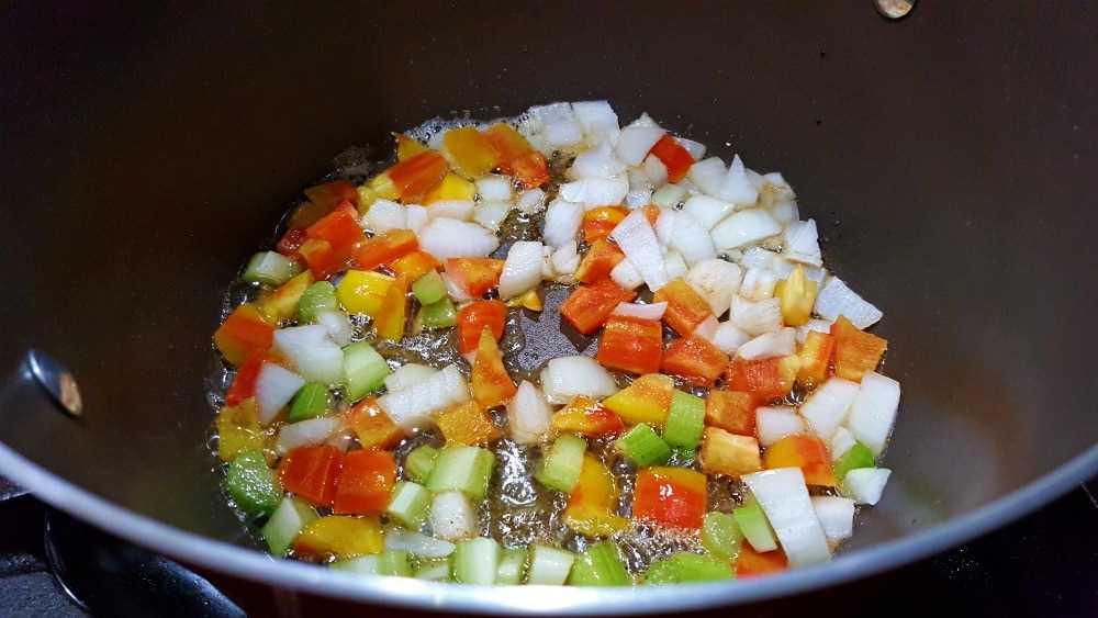 aipo, cebola, pimentão e alho picado frite em uma panela