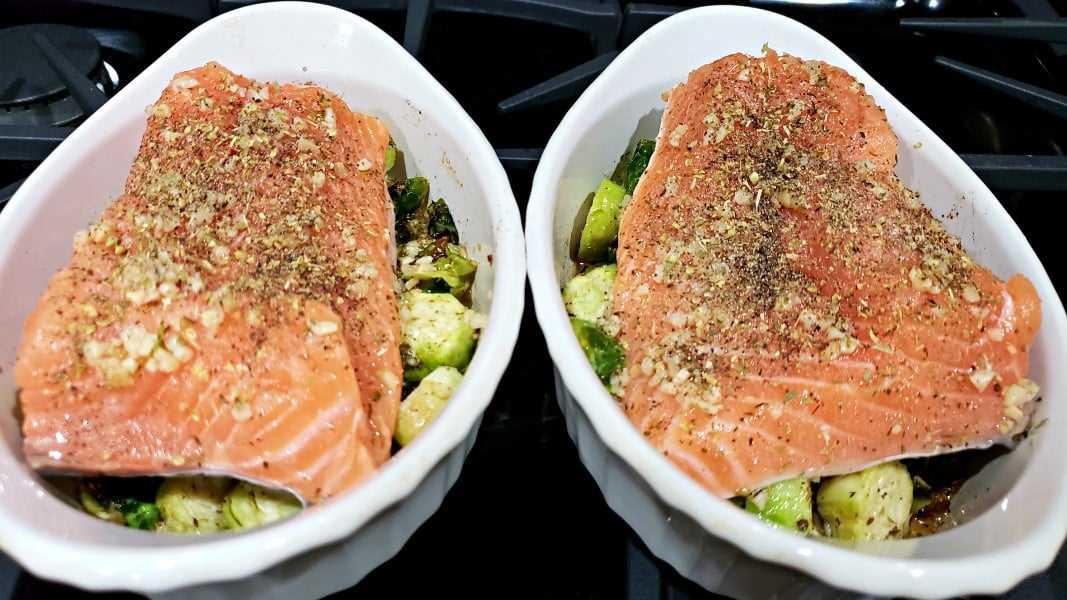 """salmão e couve de Bruxelas polvilhado com orégano, sal e pimenta """"class ="""" wp-image-10851 """"srcset ="""" https://cdn1.zonacooks.com/wp-content/uploads/2018/08/Baked-Garlic-Salmon - y-Brussels-Sprouts-Recipe-for-Two-8.jpg 1067w, https://cdn1.zonacooks.com/wp-content/uploads/2018/08/Baked-Garlic-Salmon-and-Brussels-Sprouts- Receita -para-Dois-8-500x281.jpg 500w """"tamanhos ="""" (largura máxima: 1067px) 100vw, 1067px"""